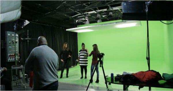 set de produccion con pantalla verde